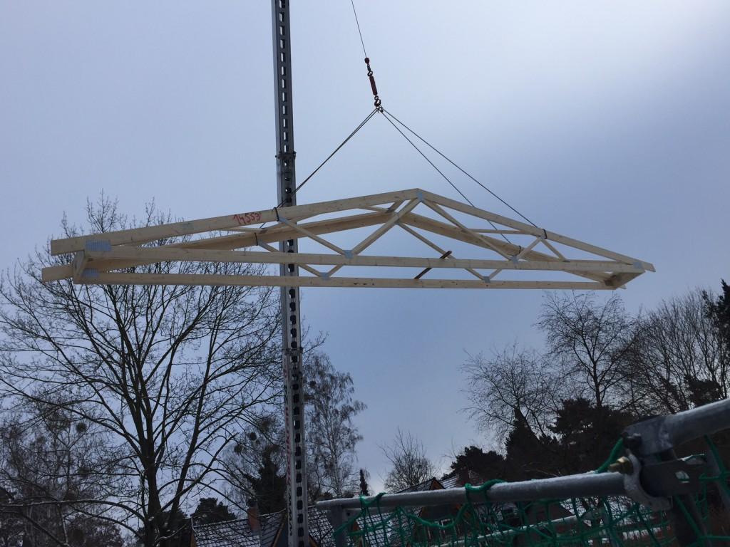 Erster Dachbinder schwebt ein 16.01.2017